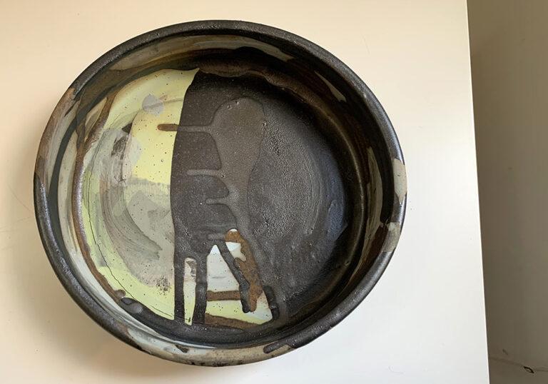 Round shallow pottery vase (16O)